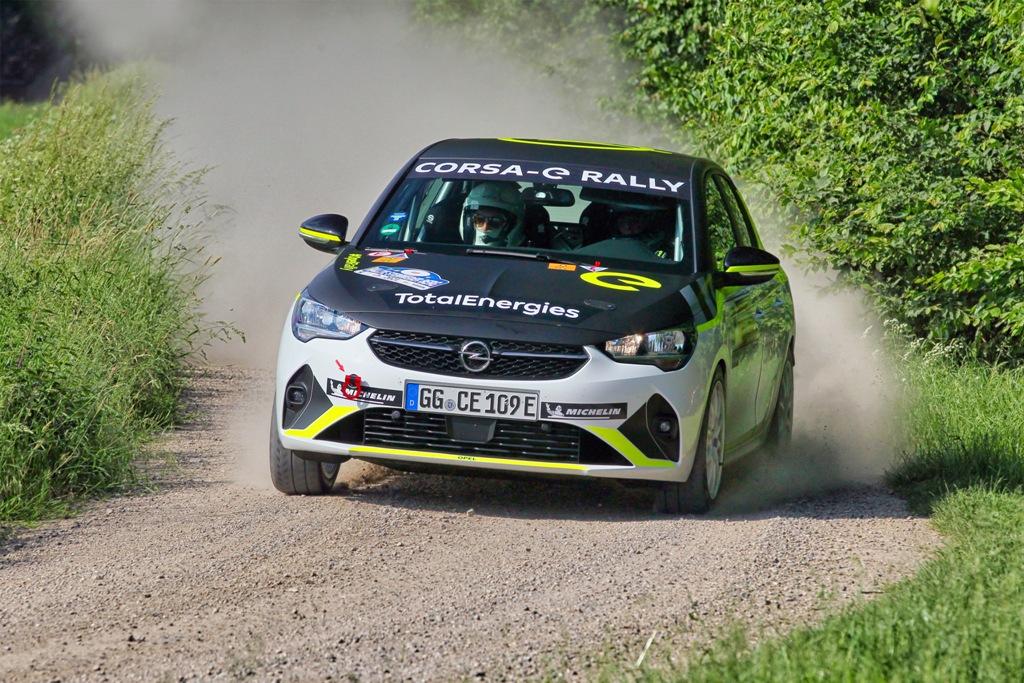 Лоран Пелие с навигатор Тиери Салва от отбора на Saintéloc Racing е победителят в първия старт на ADAC Opel e-Rally Cup